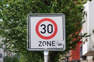Wer in der 30-Zone zu schnell fährt, kann sogar ein Fahrverbot erhalten.