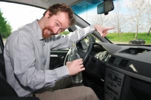 Alkohol im Straßenverkehr steht unter Strafe: Der Führerschein wird für mindestens einen Monat entzogen und es droht ein Bußgeld.