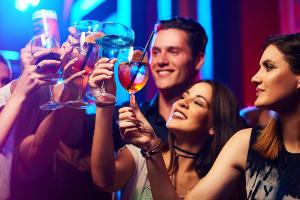Alkoholgrenze: Wer seinen Führerschon noch nicht so lange hat, darf vor der Fahrt keinen Tropfen trinken.