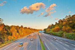 Die Autobahn darf nur ab einer bestimmten Höchstgeschwindigkeit befahren werden.