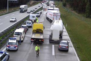 Vor allem auf der Autobahn muss eine Rettungsgasse gebildet werden, wenn ein unfallbedingter Stau entsteht.