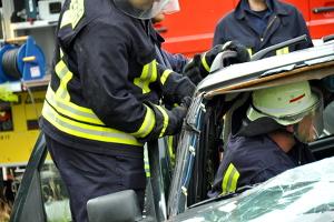 Nach einem Autounfall auf der Autobahn ist schnelle Hilfe gefragt.