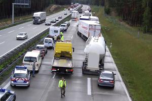 Wie sollten Sie sich z. B. bei einem Busunfall auf der Autobahn verhalten?