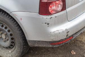 Fahrerflucht begehen Sie auch, wenn es sich um kleine Schäden handelt und Sie wegfahren.