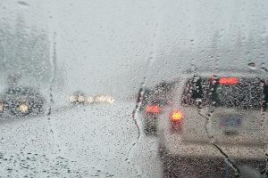 Zu einem Falschfahrer kann ein Mensch aufgrund von schlechten Sichtverhältnissen werden.