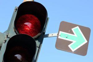 Ein grüner Pfeil an einer roten Ampel ist eine Ergänzung der Lichtzeichenanlage.