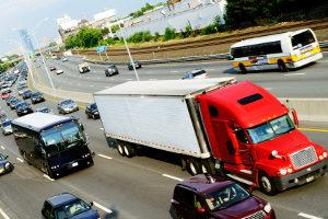 Ein Lkw auf der Autobahn darf höchstens 80 km/h fahren.