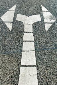 Mehrspuriges Abbiegen soll durch Pfeile auf der Fahrbahn erleichtert werden.