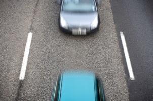 Mit dem Anhänger zu schnell gewesen? Es drohen Bußgelder, Punkte und ein Fahrverbot.
