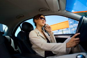 Mit dem Handy geblitzt? Das höhere Bußgeld muss der Fahrer komplett zahlen, das zweite nur zur Hälfte.