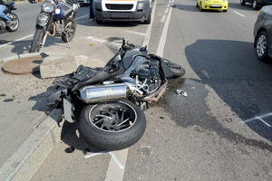 Ein Motorradunfall birgt ein hohes Verletzungsrisiko für dessen Fahrer.