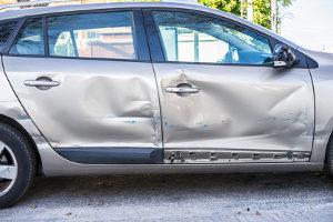 Wenn ein Parkschaden entstanden ist, darf der Schuldige nicht einfach wegfahren.
