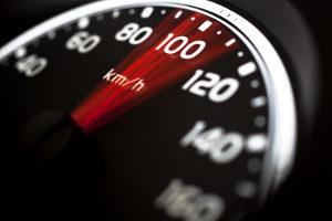 Fahrer in der Probezeit werden häufig geblitzt wegen Geschwindigkeitsüberschreitung.