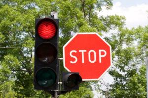 Es drohen Punkte, wenn eine rote Ampel überfahren wird.