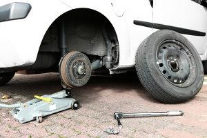 Bei einer Reifenpanne kann der Fahrer den Reifenwechsel selbst vornehmen.