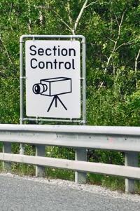 Verkehrsschild, das Section Control ankündigt