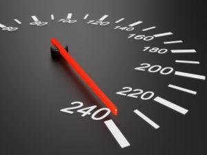 Um den Sicherheitsabstand zu berechnen, muss nur der Tachowert halbiert werden. Dies ist dann der Abstand in Metern.
