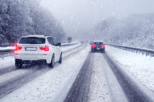 Wetterabhängiger Reifenwechsel: Sommerreifen am Auto sind bei Eis oder Schnee auf den Straßen nicht mehr erlaubt.
