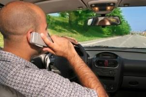 Das Telefonieren am Steuer steht unter Strafe und führt zu einem Punkt und einem Bußgeld von 60 Euro.