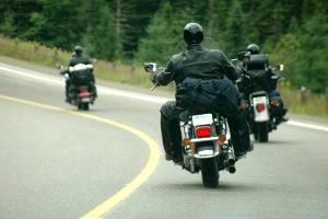 Ein tödlicher Verkehrsunfall kommt inzwischen seltener vor - unter anderem wegen Vorschriften wie der Helmpflicht.