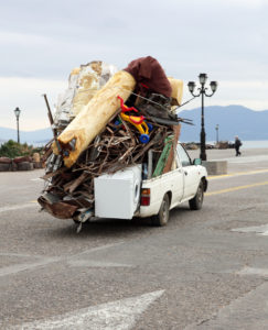 Eine Überladung kann das Fahrzeug beschädigen und führt zu einem längeren Bremsweg.