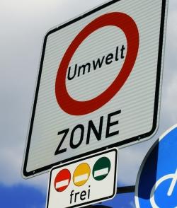 Umweltzonen dürfen nur mit einer Umweltplakette befahren werden.