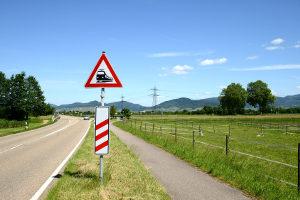 Ganz gleich, ob beschrankter oder unbeschrankter Bahnübergang: Achten Sie unbedingt auf Warnzeichen