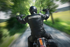Bei einem Unfall mit dem Motorrad sind Helm und andere Schutzkleidung wichtig.