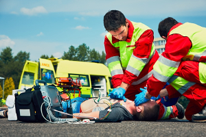 Das richtige Verhalten bei einem Unfall beinhaltet unter anderem das Leisten von Erster Hilfe.