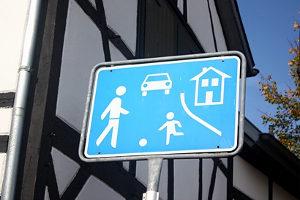 Die Vorfahrt in der Spielstraße hängt davon ab, aus welcher Richtung der Verkehrsteilnehmer kommt.