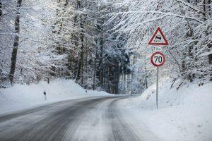 Winterreifen sind Pflicht bei vereisten und schneebedeckten Straßen.