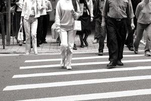Ein Zebrastreifen soll es Fußgängern ermöglichen, sicher über die Straße zu gelangen.